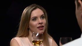 Donna bionda che tiene bicchiere di vino Chiuda su, lento archivi video