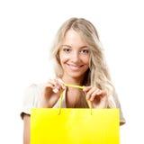 Donna bionda che tiene il sacchetto di acquisto giallo Fotografie Stock Libere da Diritti