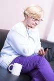 Donna bionda, chiamante dalla sua casa. Fotografia Stock Libera da Diritti