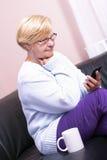 Donna bionda, chiamante dalla sua casa. Immagini Stock Libere da Diritti
