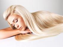 Donna bionda con capelli diritti lunghi Immagini Stock