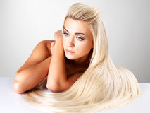Donna bionda con capelli diritti lunghi Fotografia Stock