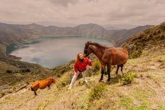Donna bionda con due cavalli fotografie stock