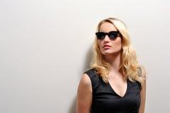Donna bionda con gli occhiali da sole Immagini Stock