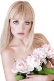 Donna bionda con i fiori. fotografia stock