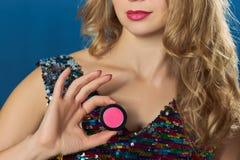 Donna bionda con il partito rosa dei biglietti di S. Valentino dell'ombretto Fotografia Stock