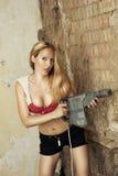 Donna bionda con il trivello pesante Fotografie Stock
