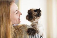 Donna bionda con la sua Cat Extreme persiana immagine stock libera da diritti