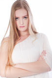 Donna bionda con le armi attraversate in studio Immagine Stock