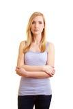 Donna bionda con le braccia attraversate Immagine Stock