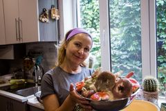 Donna bionda con un piatto del fungo della russula fotografia stock
