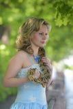 Donna bionda con un pitone in mani Fotografie Stock Libere da Diritti