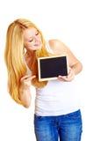 Donna bionda con una lavagna fotografie stock libere da diritti
