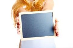 Donna bionda con una lavagna fotografia stock