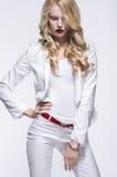 Donna bionda in costume bianco immagini stock