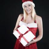 Donna bionda in costume di Santa Claus con il regalo di Natale Fotografia Stock