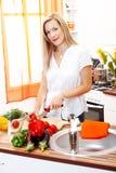Donna bionda in cucina fotografie stock libere da diritti