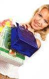 Donna bionda d'acquisto sopra una priorità bassa bianca Immagini Stock