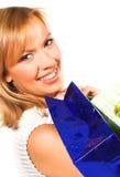 Donna bionda d'acquisto sopra una priorità bassa bianca Fotografie Stock