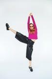 Donna bionda d'avanguardia che balla da solo sul fondo bianco isolato Fotografie Stock
