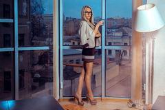 Donna bionda dell'alta società in vetri con la tazza di tè dal larg Immagine Stock Libera da Diritti