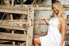Donna bionda della ragazza vestita come il paese o cowgirl dell'azienda agricola fotografia stock libera da diritti
