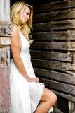 Donna bionda della ragazza vestita come il paese o cowgirl dell'azienda agricola fotografie stock