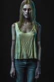 Donna bionda dello zombie fotografia stock