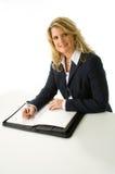 Donna bionda di affari che cattura le note Immagini Stock
