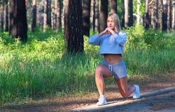 Donna bionda di forma fisica attraente, corpo femminile formato fuori della città Concetto sano di modello caucasico di stile di  Fotografia Stock