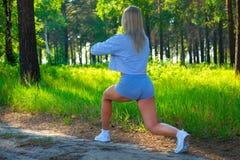 Donna bionda di forma fisica attraente, corpo femminile formato fuori della città Concetto sano di modello caucasico di stile di  Immagine Stock Libera da Diritti