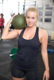 Donna bionda di forma fisica con la palla di colpo Immagini Stock