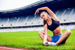 Donna bionda di forma fisica sullo stadio Fotografie Stock