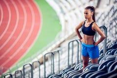 Donna bionda di forma fisica sullo stadio Fotografia Stock Libera da Diritti