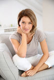 Donna bionda di mezza età a casa Fotografia Stock