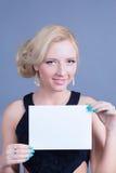 Donna bionda di modo che tiene tabellone per le affissioni vuoto Immagine Stock Libera da Diritti