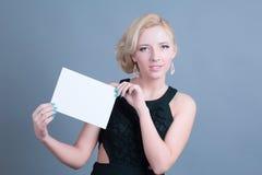 Donna bionda di modo che tiene tabellone per le affissioni vuoto Fotografie Stock