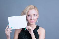 Donna bionda di modo che tiene tabellone per le affissioni vuoto Fotografie Stock Libere da Diritti