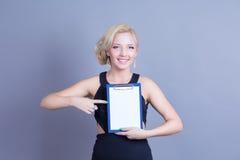 Donna bionda di modo che tiene tabellone per le affissioni vuoto Immagini Stock Libere da Diritti