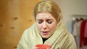 Donna bionda di starnuto a casa Medicina e sanità, allergie e freddo video d archivio