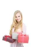 Donna bionda e contenitori di regalo su bianco Immagini Stock