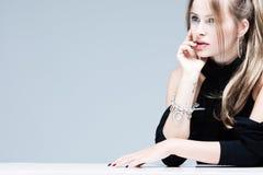 Donna bionda elegante fotografie stock libere da diritti