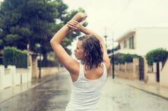 Donna bionda felice che gode della pioggia tropicale Fotografia Stock Libera da Diritti