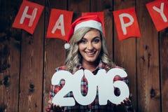 Donna bionda felice che tiene 2016 numeri Fotografia Stock