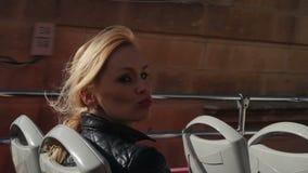 Donna bionda felice dentro l'autobus a due piani video d archivio