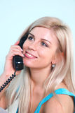 Donna bionda felice sul telefono Fotografie Stock