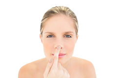 Donna bionda fresca pacifica che tocca il suo naso Fotografie Stock
