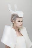 Donna bionda futuristica in attrezzatura bianca fotografia stock libera da diritti