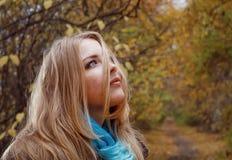 Donna bionda nel parco di autunno Fotografia Stock