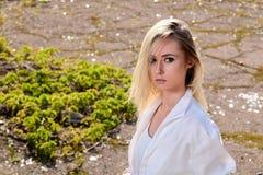 Donna bionda nel vecchio parco soleggiato della citt? di estate Ritratto moderno della giovane donna immagini stock